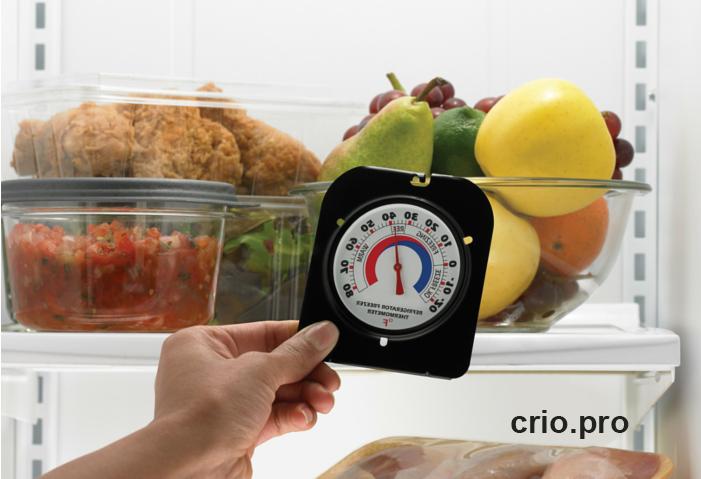 Продукты в холодильнике и градусник