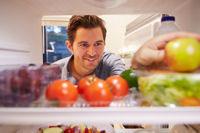Открыл холодильник с продуктами