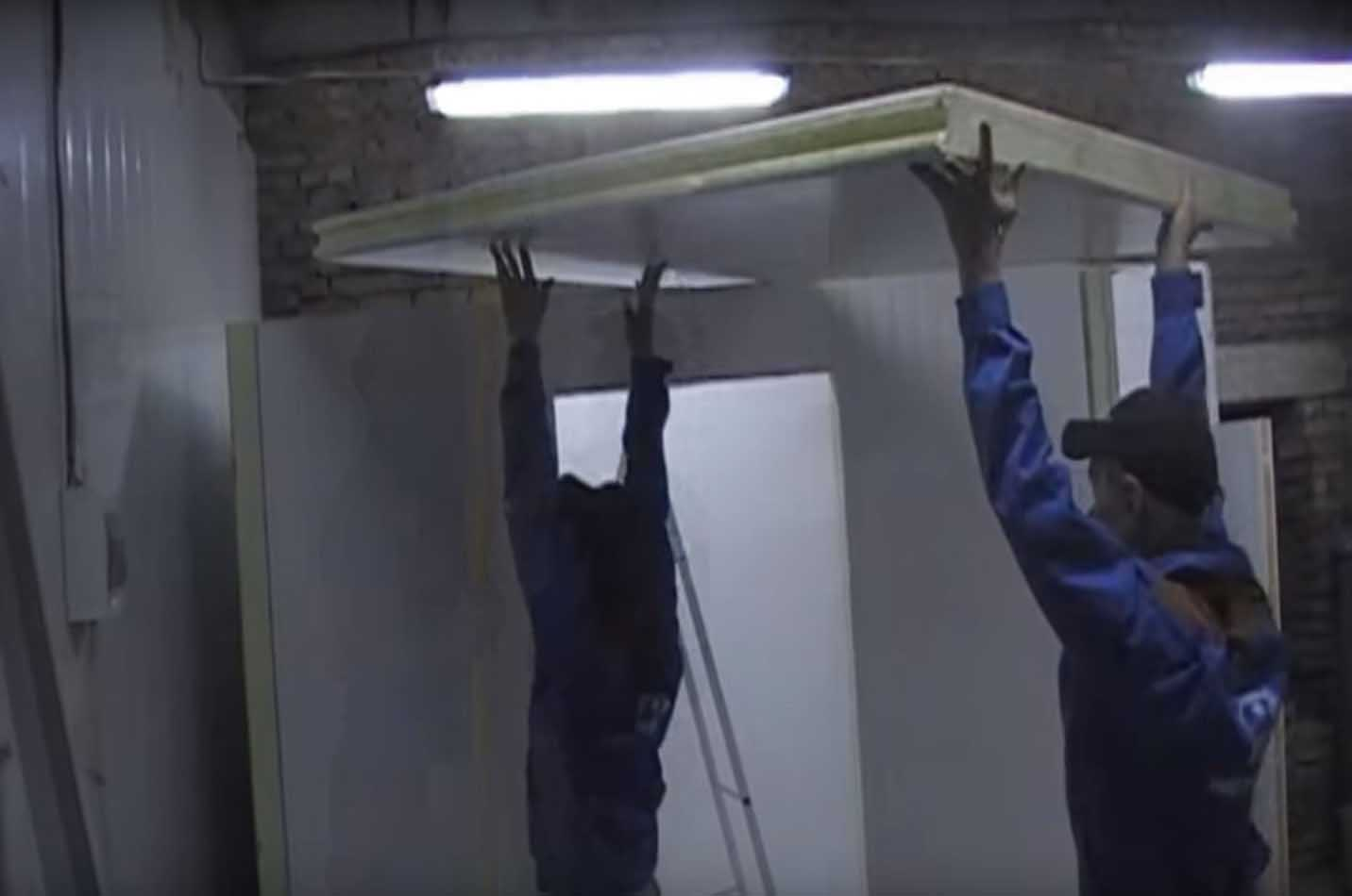 Подъем панелей потолка холодильной камеры.