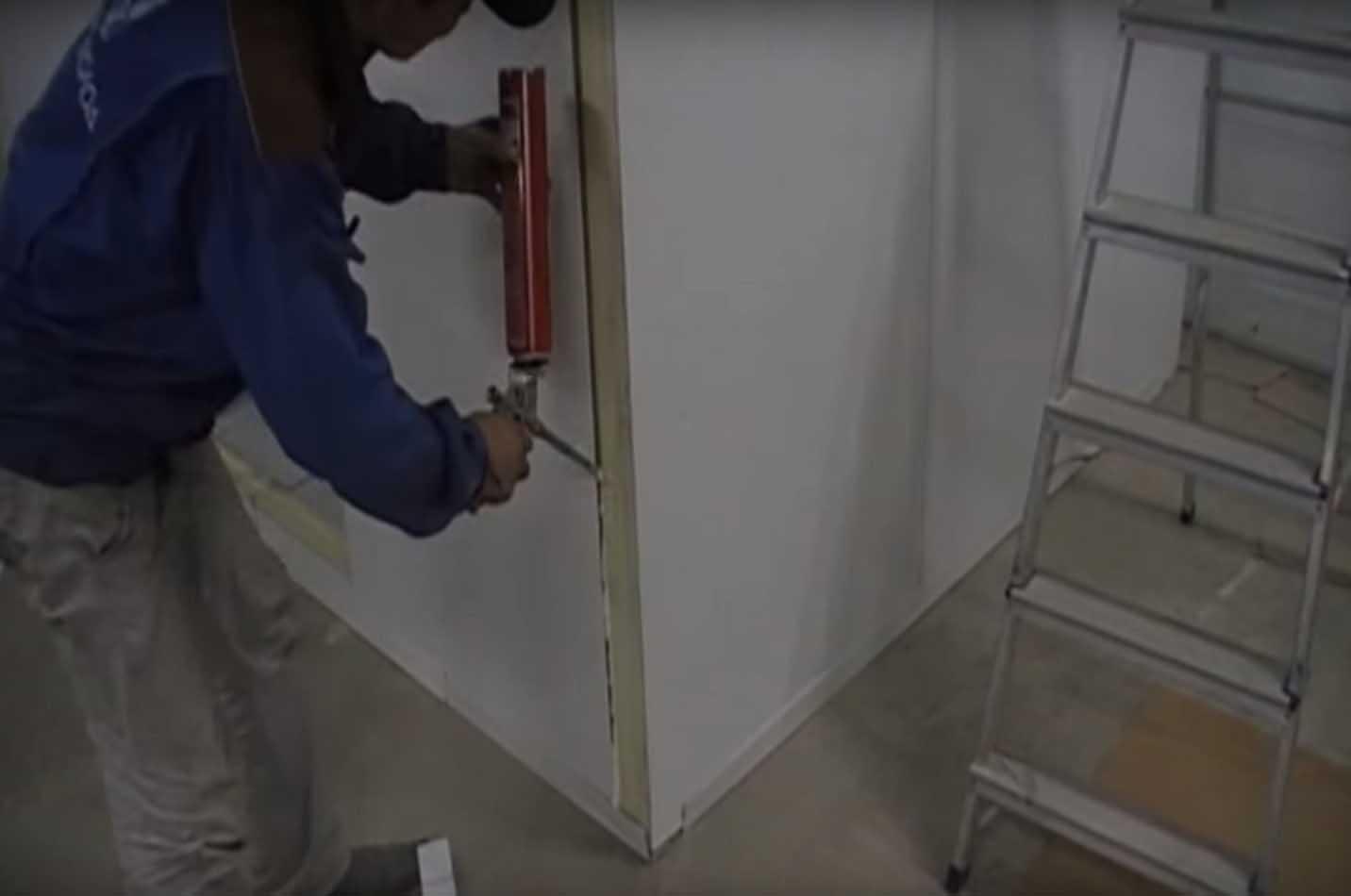 Монтажная пена на стыке сэндвич-панелей холодильной камеры.
