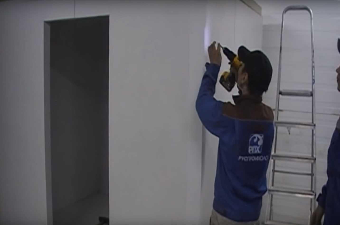 Крепление металлического уголка холодильной камеры.