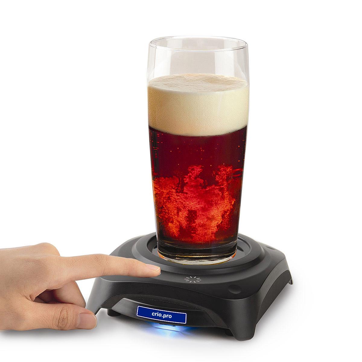 Пиво в стакане и мини-холодильник