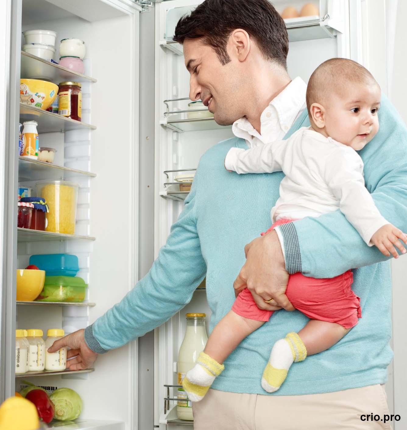 Бутылочки с грудным молоком в холодильнике