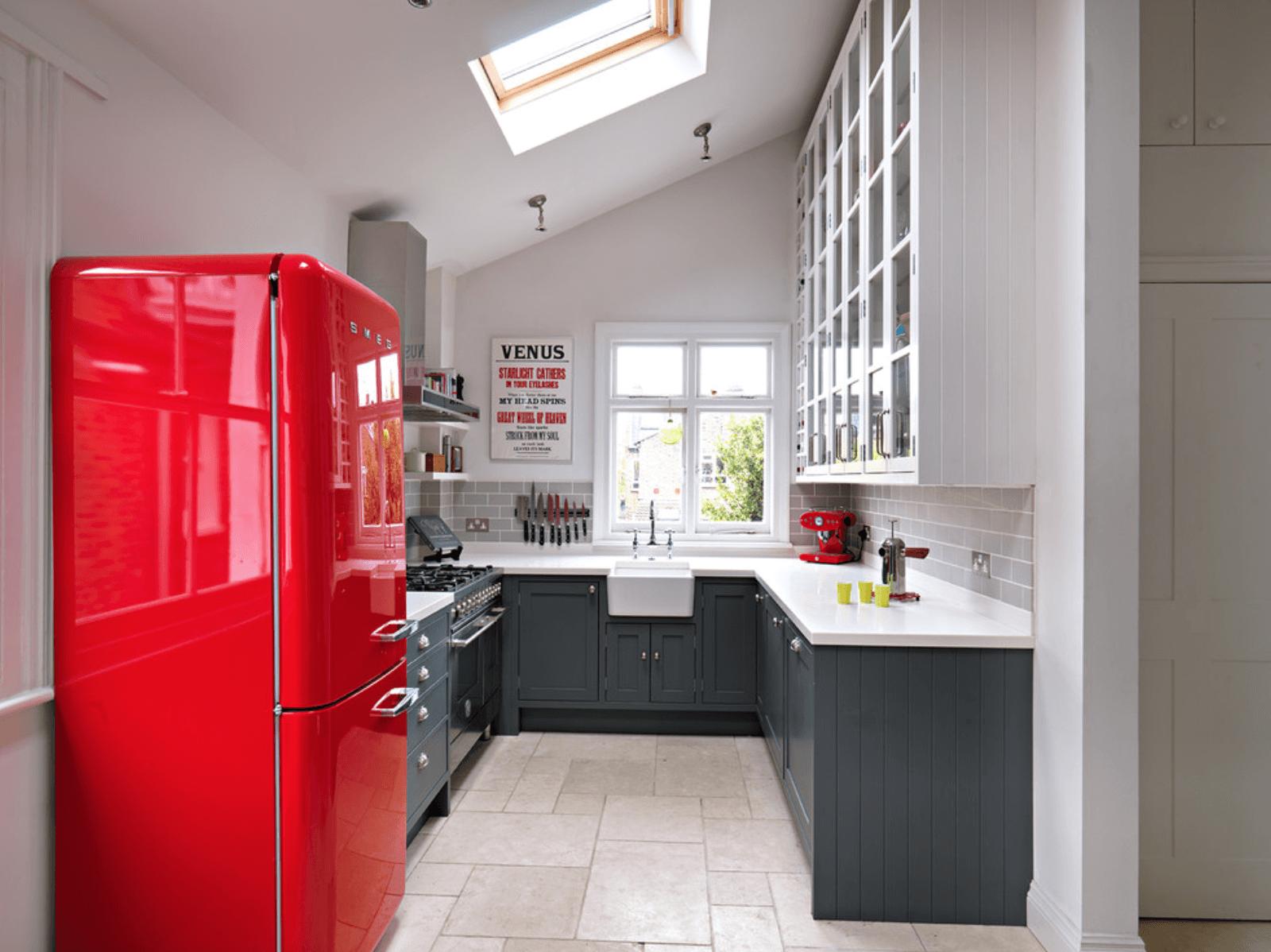 Холодильник на кухне 12 метров кв.