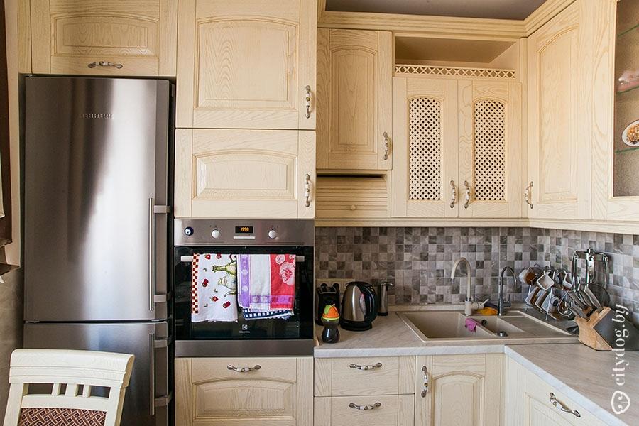 Обычный холодильник встроенный в кухню