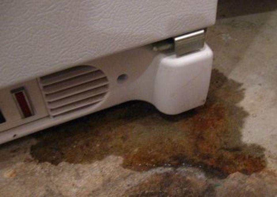 Течет холодильник
