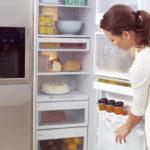Течет вода из-под холодильника