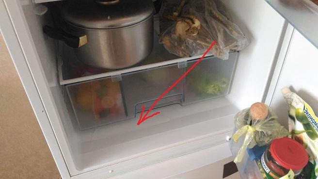 Греет холодильник